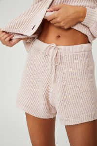 Knit pants belly button